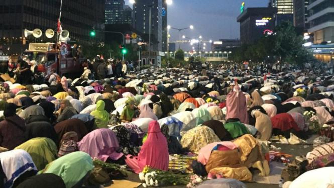 Massa pendukung Prabowo Subianto salat berjemaah di depan Jalan Thamrin Jakarta