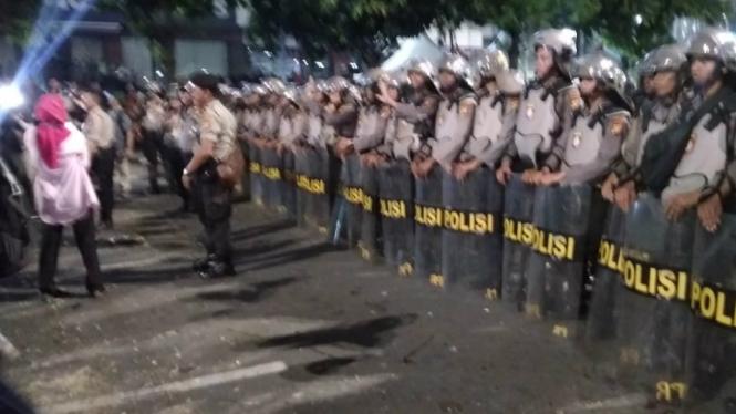 Polisi kawal massa peserta aksi di depan Bawaslu