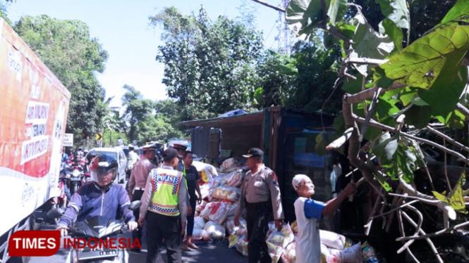 Truk muatan beras terguling di jalan raya Banyuwangi - Jember tepatnya disebelah selatan jembatan Tambong, masuk Desa Pakistaji, Kecamatan Kabat, Banyuwangi. (Foto: Erwin Wahyudi/TIMES Indonesia).