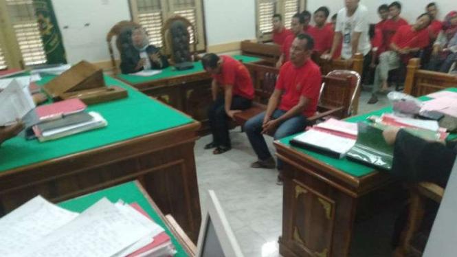 Kedua terdakwa kasus narkoba saat menjalani persidangan di PN Medan.