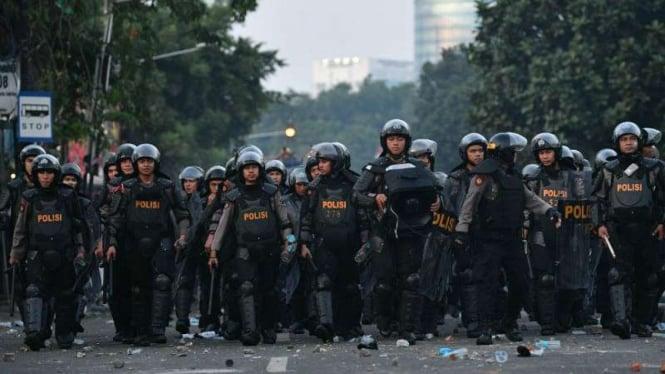 Polisi membuat barikade saat terjadi bentrok dengan pendemo rusuh di Jakarta Pusat.