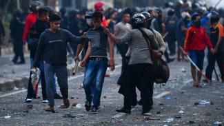 Polisi mengamankan perusuh di Jalan KS Tubun, Jakarta, Rabu (22/5/2019)