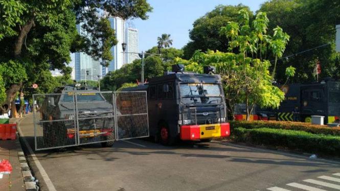Kendaraan taktis kepolisian di depan KPU, Jakarta, Rabu, 22 Mei 2019.
