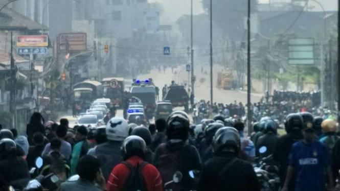 Jalan diblokade polisi dan massa di Kemanggisan arah Tanah Abang