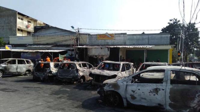 Bangkai Mobil Sisa Kerusuhan di Petamburan, Tanah Abang