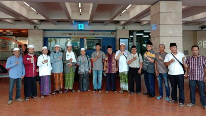 Kiai dan santri peserta aksi yang berangkat ke Jakarta dengan cara menyamar tanpa atribut mencolok.