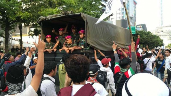 TNI dielu-elukan massa di gedung Bawaslu