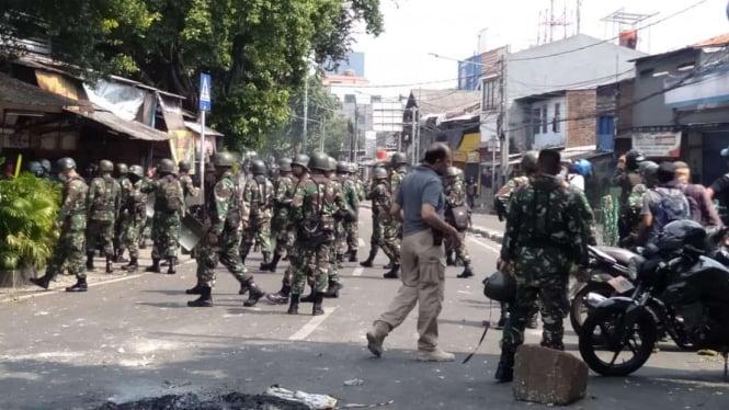 Puluhan personel TNI datang membantu ratusan aparat Kepolisian di kawasan Petamburan, Tanah Abang, Jakarta Pusat, Rabu, 22 Mei 2019.