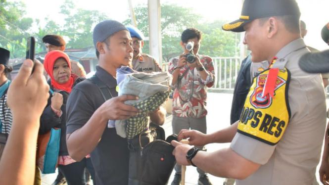 Polisi periksa penumpang kereta yang akan ikut aksi 22 Mei di Jakarta