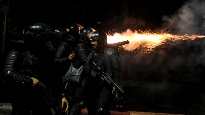 Petugas kepolisian menembakan gas air mata ke arah massa aksi saat terjadi bentrokan di kawasan Tanah Abang, Jakarta, Rabu 22 Mei 2019