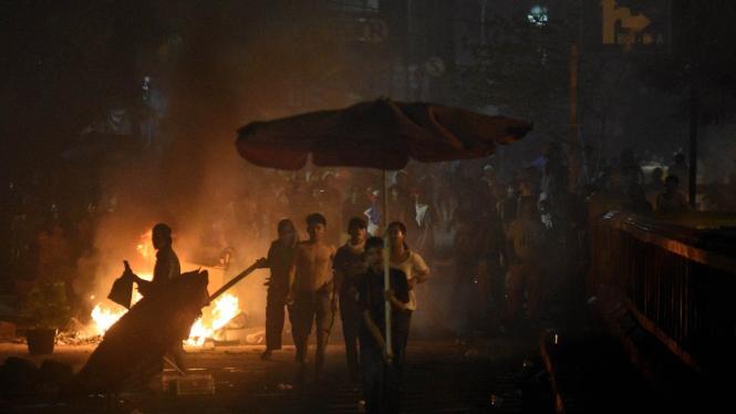 Bentrok polisi dan demonstran di Tanah Abang.