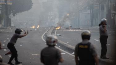 Bentrok massa dengan polisi di Petamburan.