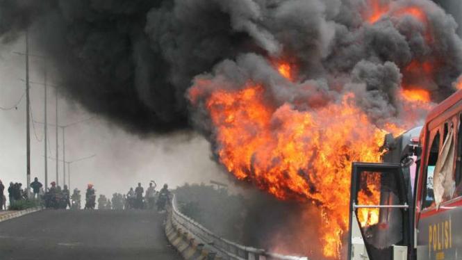 Massa membakar dua bus milik polisi di kawasan Slipi, Jakarta Barat.