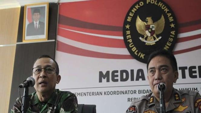 Kapuspen TNI Mayjen Sisriadi (kiri) bersama Kadiv Humas Polri Irjen Pol M. Iqbal
