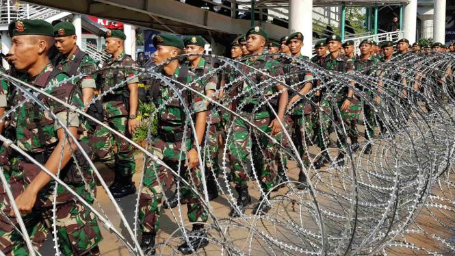 TNI ikut kawal aksi 22 Mei di depan Bawaslu.