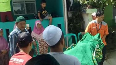 Jenazah korban kerusuhan Petamburan, Farhan Syafero, saat akan dimakamkan.