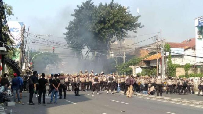 Kerusuhan dan aksi bakar ban pecah di Slipi Jakarta, Kamis 22 Mei 2019.