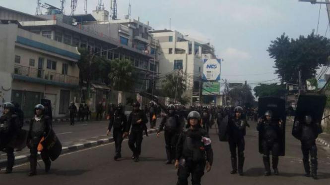 Pasukan Polri mengamankan situasi di sekitar Slipi, Jakarta Barat, Rabu, 22 Mei.