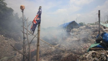 https://thumb.viva.co.id/media/frontend/thumbs3/2019/05/22/5ce5281a35a9e-malaysia-kembalikan-sampah-plastik-ke-negara-asalnya_375_211.jpg