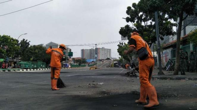 Petugas PPSU bersihkan jalan Jatibaru, Jakarta Pusat.
