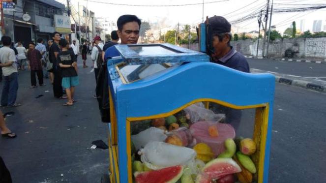Sukardi, pedagang buah, di kawasan tempat bentrokan antara aparat Kepolisian den