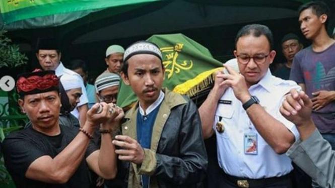 Gubernur DKI Jakarta Anies Baswedan di rumah duka korban kerusuhan.