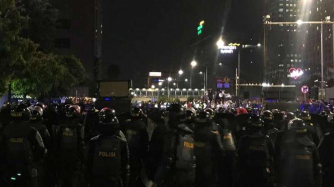 Petugas melakukan pengamanan aksi unjuk rasa di depan Gedung Bawaslu, Jakarta.