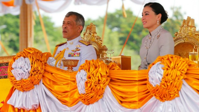Raja Thailand Maha Vajiralongkorn dan istrinya