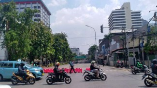 Pengendara sepeda motor di kawasan Jalan MH Thamrin.