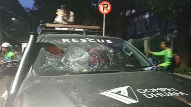 Ambulans Dompet Dhuafa dirusak aparat keamanan saat membantu pengujuk rasa.