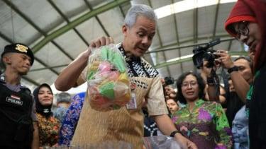 Gubernur Jawa Tengah Ganjar Pranowo sidak makanan di pasar.