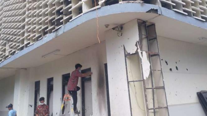 Petugas perbaiki gedung Bawaslu rusak akibat molotov, Kamis, 23 Mei 2019.