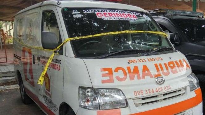 Mobil ambulans yang membawa batu dalam aksi di sekitar Bawaslu.