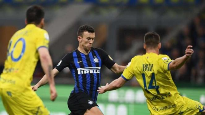 Winger Inter Milan, Ivan Perisic (tengah)
