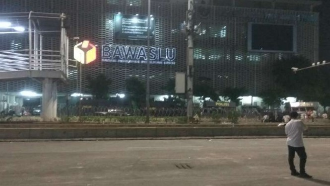 Situasi di sekitar Bawaslu malam ini sepi