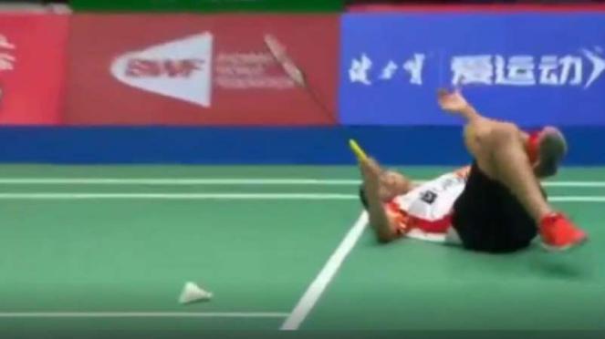 Gregoria Mariska Tunjung terjengkang di lantai Sudirman Cup 2019.