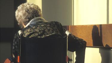 https://thumb.viva.co.id/media/frontend/thumbs3/2019/05/24/5ce7ade28fda0-nenek-berusia-102-tahun-jadi-tersangka-kasus-pembunuhan-di-panti-jompo-di-prancis_375_211.jpg