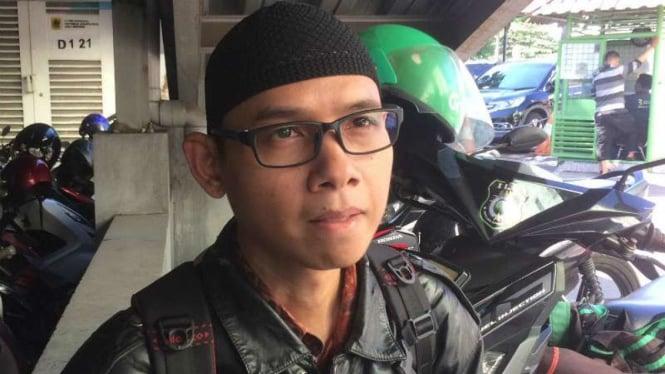 Andri mencari keponakannya yang bernama Muhammad Reza (20).