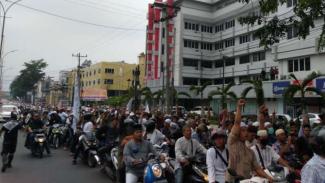 Ribuan orang yang tergabung dalam Gerakan Nasional Kedaulatan Rakyat berunjuk rasa turun ke jalan di depan kantor DPRD Sumatera Utara, Kota Medan, Jumat sore, 24 Mei 2019.