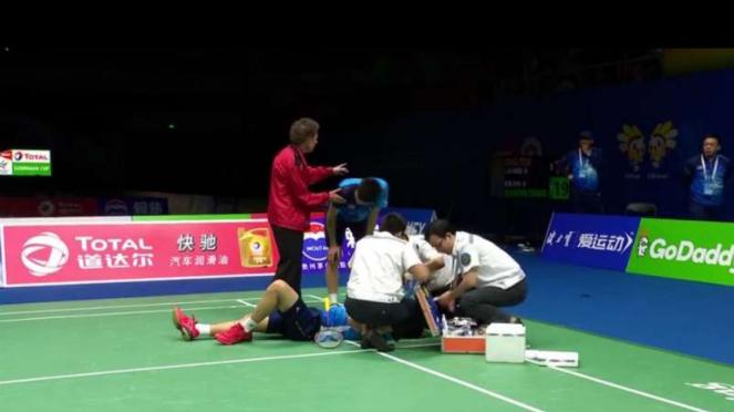 Tim medis memberikan pertolongan pada Teo.