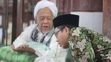 Achmad Baidowi (kanan) bersama KH Muhammad Syamsul Arifin.