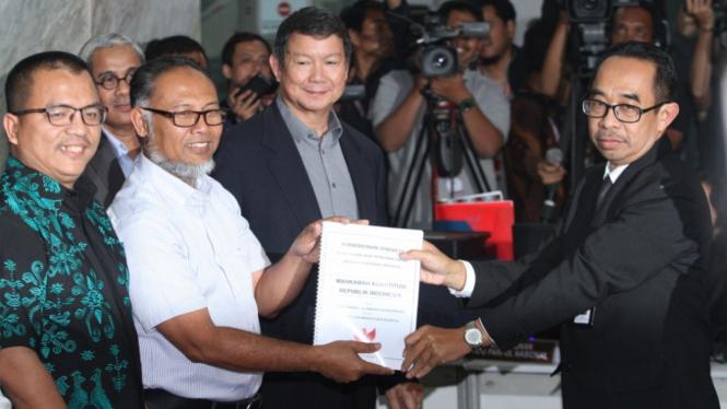 Tim kuasa hukum Prabowo-Sandi mendaftarkan gugatan Pilpres 2019 ke MK.