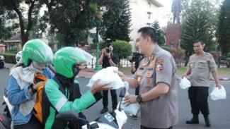 Kepala Divisi Humas Polri Irjen Mohammad Iqbal membagikan takjil ke warga.