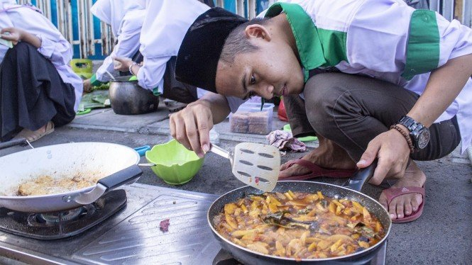 Peserta menyelesaikan pembuatan nasi liwet saat mengikuti festival ngaliwet di kawasan kantor Pengurus Cabang Nahdlatul Ulama (PCNU) Karawang, Tuparev, Karawang, Jawa Barat, Jumat 24 Mei 2019