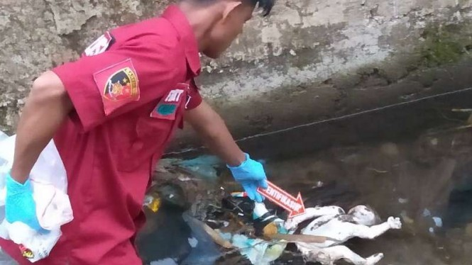 Polisi tengah melakukan olah TKP penemuan mayat bayi di kali Wae Ces IV Ruteng,