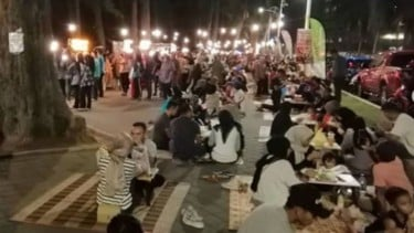 Car Food Sahur di tepi Pantai Batu Burok,  Kuala Terengganu, Malaysia