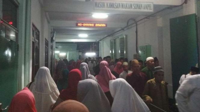 Suasana makam dan Masjid Agung Sunan Ampel Surabaya dipenuhi peziarah.