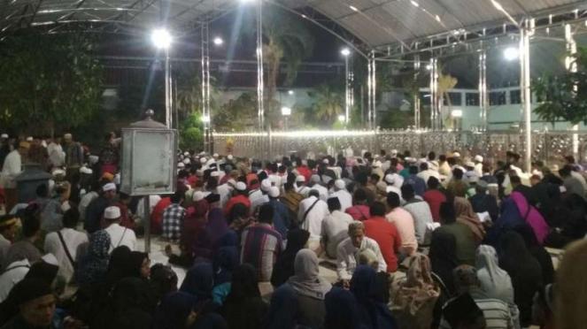 Ribuan jemaah melaksanakan qiyamul lail di Masjid Nasional Al Akbar Surabaya.