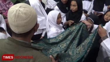 https://thumb.viva.co.id/media/frontend/thumbs3/2019/05/26/5cea8223de218-tradisi-sorban-berjalan-sambut-nuzulul-quran-muslim-tengger_375_211.jpg