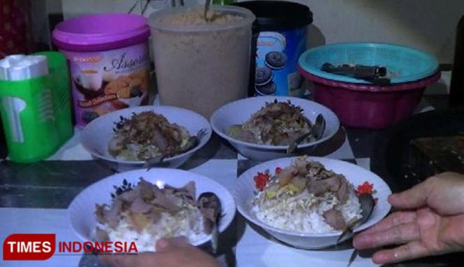 https://thumb.viva.co.id/media/frontend/thumbs3/2019/05/26/5cea87fad2a76-soto-belanda-di-probolinggo-cocok-untuk-menu-buka-puasa_663_382.jpg